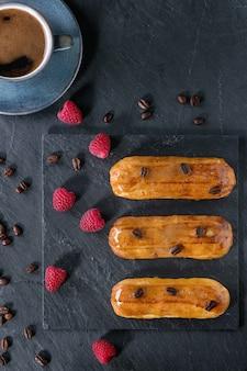 Ekler kawowy z malinami