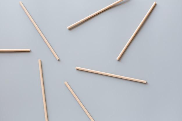 Eko naturalne papierowe słomki płaskie leżał na szarym tle