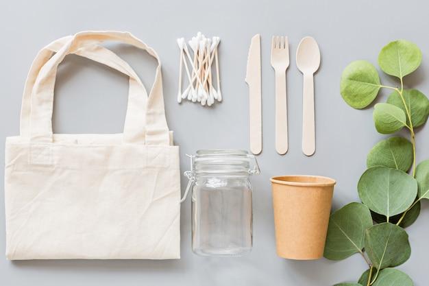 Eko naturalne produkty płaskie leżał na szarym tle. koncepcja zrównoważonego stylu życia. zero odpadów, przedmioty bez plastiku. zatrzymać zanieczyszczenia z tworzyw sztucznych.