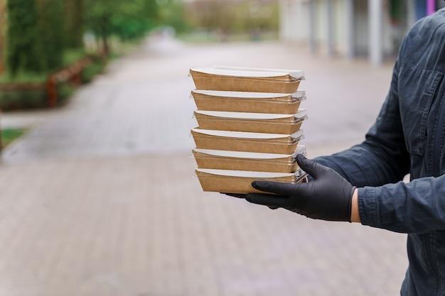 Eko pudełko termiczne. potrawy ekologiczne. biodegradowalne naczynia jednorazowe.