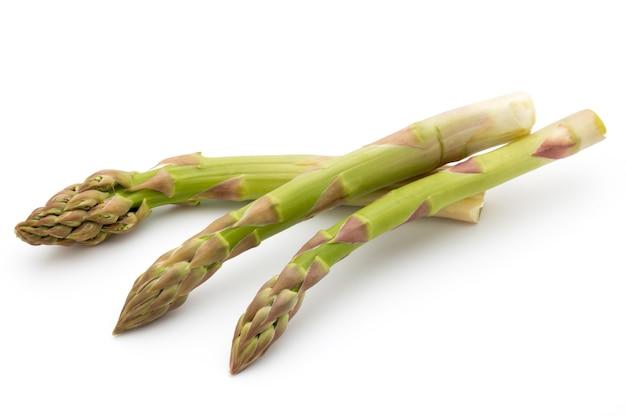 Eko szparagi na białym tle. świeże warzywa.