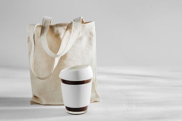 Eko torba i kubek do kawy wielokrotnego użytku. zrównoważony styl życia. koncepcja wolna od tworzyw sztucznych.