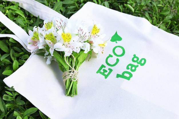 Eko torba na zielonej trawie, na zewnątrz