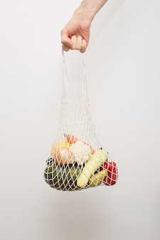 Eko-torba tekstylna wielokrotnego użytku z warzywami i owocami.