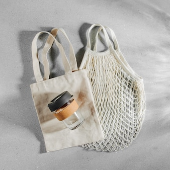 Eko torby i kubek do kawy wielokrotnego użytku. zrównoważony styl życia. koncepcja wolna od tworzyw sztucznych.