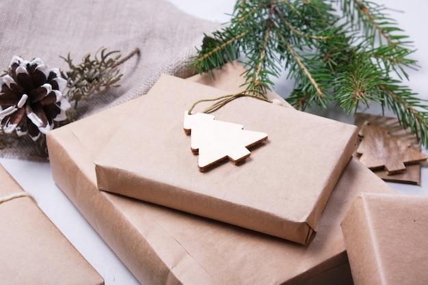 Eko torby papierowe ozdobione wstążkami i wstążkami z suszonej gałązki jodły oraz szyszkami sosnowymi
