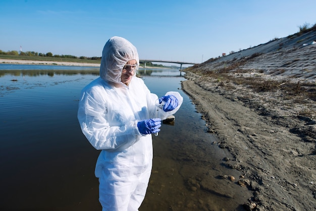 Ekolog-specjalistka ds. odzieży ochronnej badająca jakość i czystość wody.