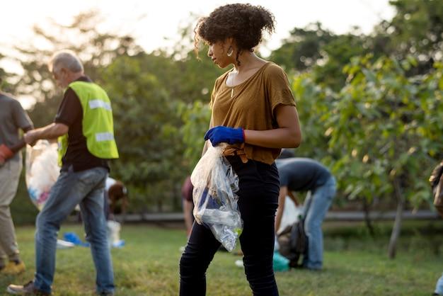 Ekologia grupa ludzi czyści parka