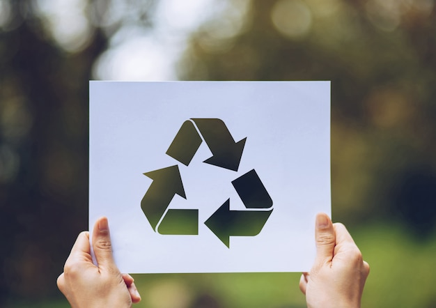 Ekologia koncepcja ochrony środowiska z rąk gospodarstwa wyciąć papieru recyklingu pokazano