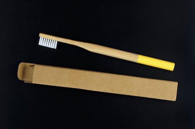 Ekologiczna bambusowa szczoteczka do zębów w opakowaniu papierowym na czarno