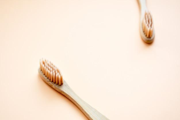 Ekologiczna bambusowa szczoteczka do zębów. zestaw zerowego odpadu. leżał płasko. widok z góry. skopiuj miejsce