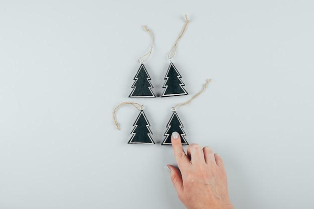 Ekologiczna drewniana świąteczna zabawka. kobiece ręce trzyma świątecznych dekoracji na boże narodzenie.
