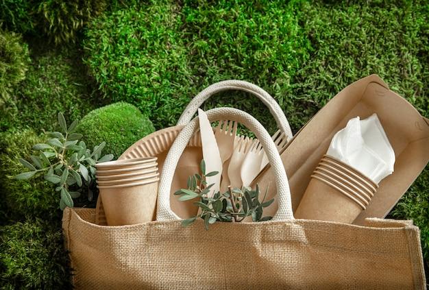 Ekologiczna, jednorazowa, nadająca się do recyklingu zastawa stołowa.