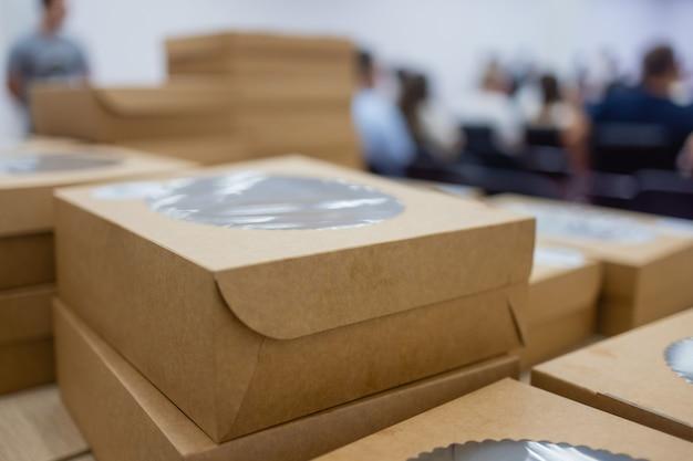 Ekologiczna jednorazowa zastawa stołowa do fast foodów, koncepcja pustego ekologicznego pudełka na jedzenie na wynos bez plastiku.