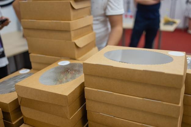 Ekologiczna jednorazowa zastawa stołowa do koncepcji fastfood z wolnym od plastiku stylem życia pustym ekologicznym ...