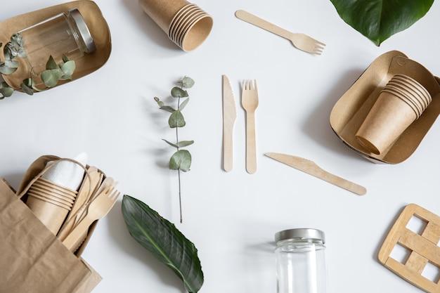 Ekologiczna jednorazowa zastawa stołowa. koncepcja ratowania planety, odrzucenie plastiku.