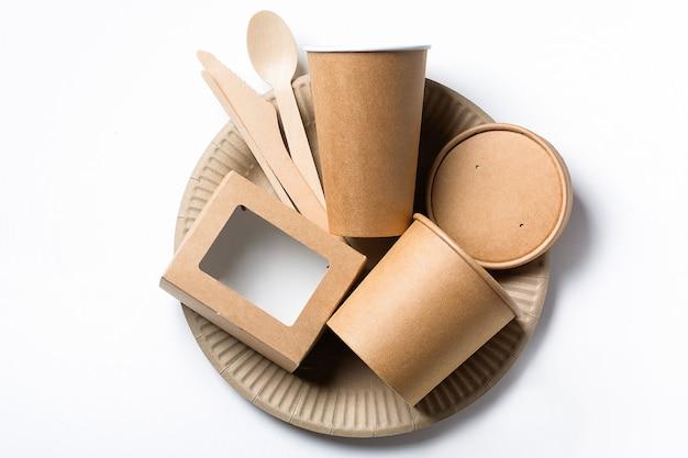 Ekologiczna jednorazowa zastawa stołowa wykonana z drewna bambusowego i papieru fast food na białym tle.