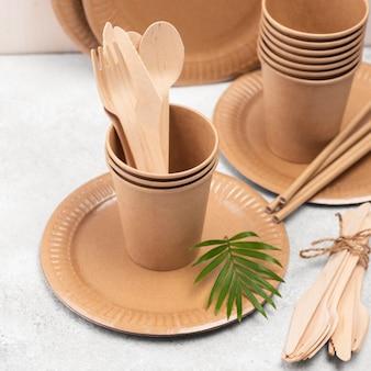 Ekologiczna jednorazowa zastawa stołowa, wysoka widok i roślina