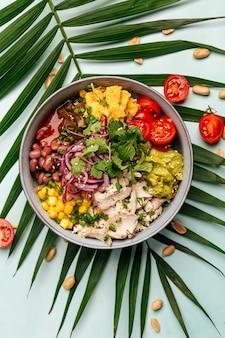 Ekologiczna miska z kurczaka po hawajsku z ryżem i warzywami