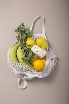 Ekologiczna naturalna torba z ekologicznymi owocami i warzywami.