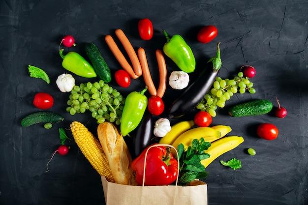 Ekologiczna papierowa torba pełna różnych warzyw.