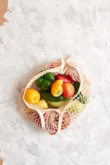 Ekologiczna siatkowa torba z owocami i warzywami. widok z góry. bez plastiku