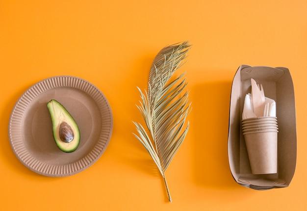 Ekologiczna, stylowa zastawa stołowa z papieru nadającego się do recyklingu.