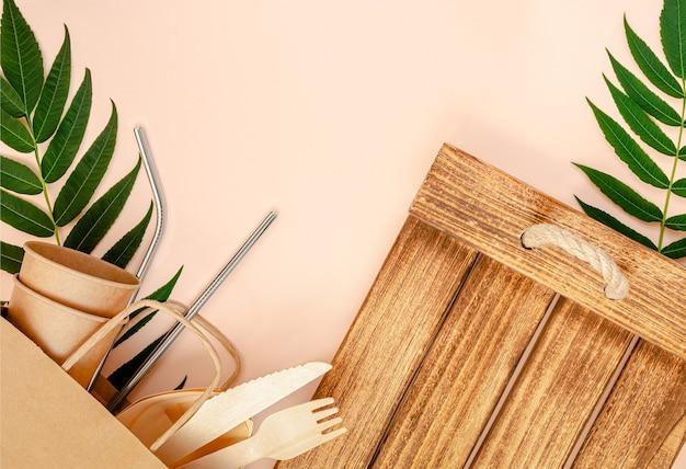 Ekologiczna zastawa stołowa na różowym tle