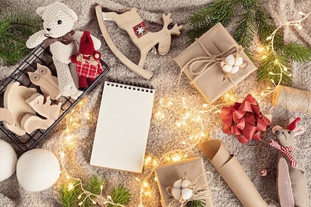 Ekologiczne alternatywne zielone prezenty bożonarodzeniowe dla dzieci zapakowane w papier rzemieślniczy z recyklingu