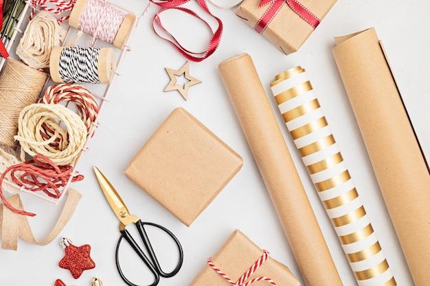Ekologiczne, alternatywne zielone prezenty bożonarodzeniowe zapakowane w papier rzemieślniczy z recyklingu