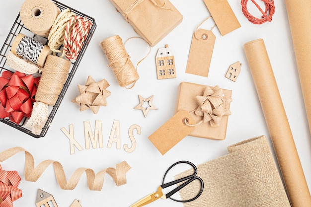 Ekologiczne alternatywne zielone prezenty bożonarodzeniowe zapakowane w papier rzemieślniczy z recyklingu
