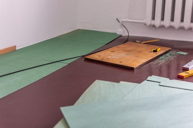 Ekologiczne arkusze podkładowe do laminatu i parkietu, linijki i nóż do cięcia podkładu, naturalna izolacja z gatunków iglastych