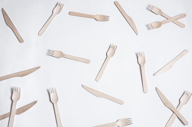 Ekologiczne bambusowe widelce. koncepcja ratowania planety, odrzucenie plastiku.