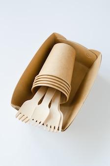 Ekologiczne biodegradowalne naczynia kartonowe lub papierowe. koncepcja zerowego recyklingu odpadów.