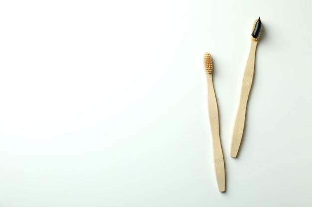 Ekologiczne drewniane szczoteczki do zębów na białym tle