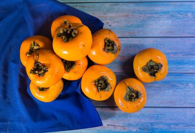 Ekologiczne i świeże owoce persimmon do przygotowania dżemów