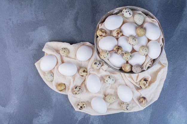 Ekologiczne jajka na ręczniku kuchennym