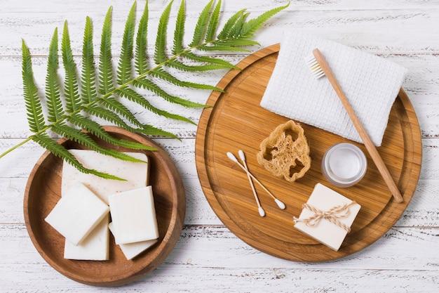 Ekologiczne produkty na drewniane tła
