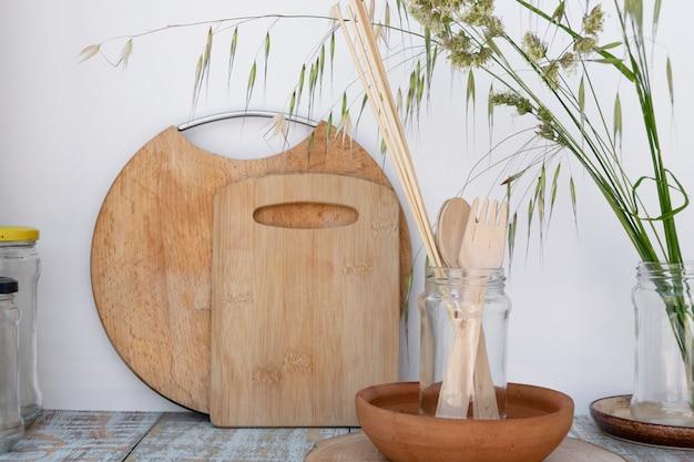 Ekologiczne przybory kuchenne wielokrotnego użytku. ekologia, recykling, brak plastiku, koncepcja zero odpadów