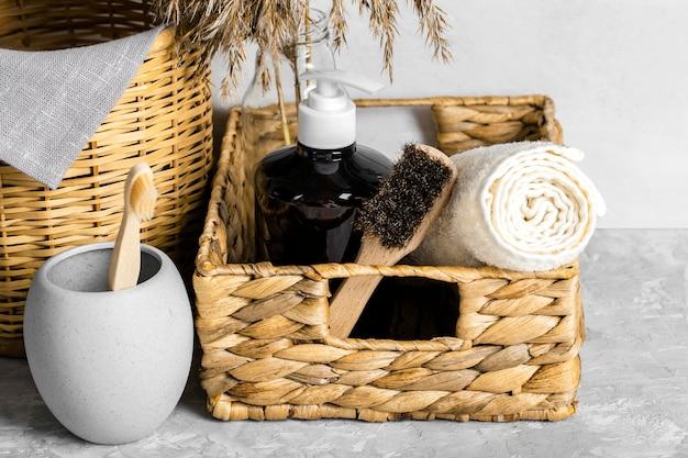Ekologiczne środki czystości w koszyku ze szczoteczkami i szczoteczką do zębów