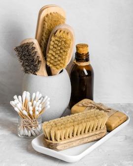 Ekologiczne środki czystości w zestawie ze szczoteczkami i wacikami