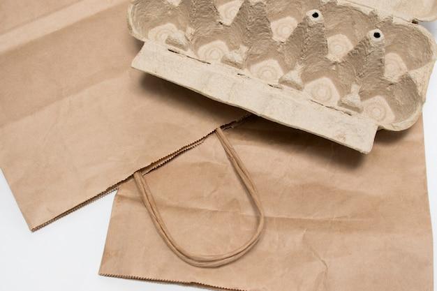 Ekologiczne torby papierowe do pakowania żywności w supermarketach i tacki na jajka. shaper. uratujmy planetę. koncepcja stylu życia wolnego od plastiku