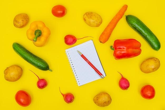 Ekologiczne warzywa na żółtym tle. lista zakupów