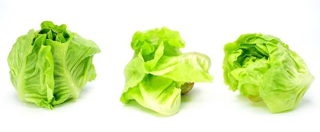 Ekologiczne warzywa sałatkowe na białym tle