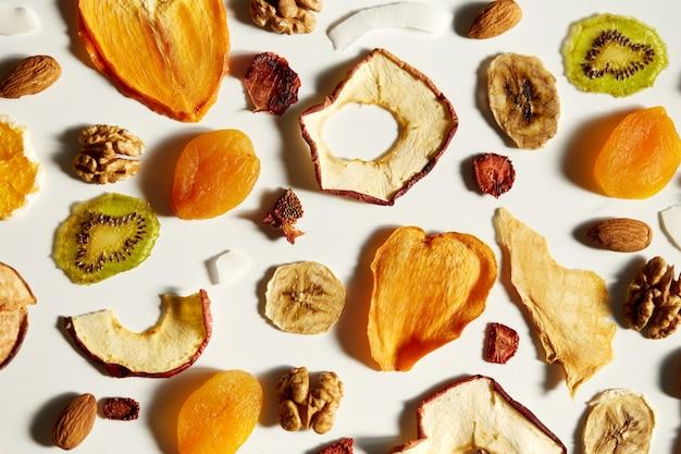 Ekologiczne zdrowe suszone owoce na przekąski