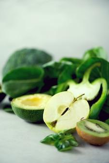 Ekologiczne zielone warzywa i owoce
