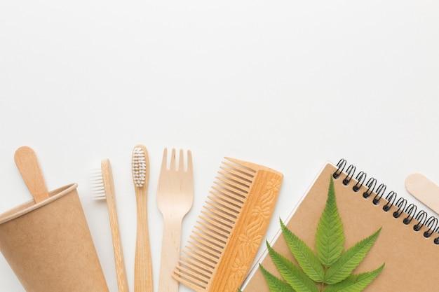 Ekologiczny grzebień i szczoteczka do zębów obok notesu