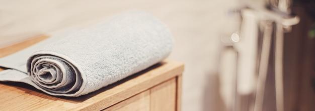 Ekologiczny i trwały ręcznik kąpielowy w ekologicznej łazience, wystroju domu i koncepcji luksusowego wystroju wnętrza