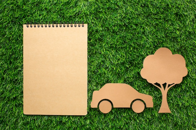 Ekologiczny notatnik samochodowy i drzewo