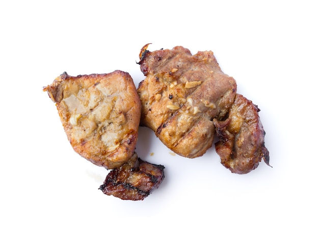 Ekologiczny stek z grilla kotlet schabowy z solą, pieprzem, czosnkiem i olejem w stylu tajskim na białym tle